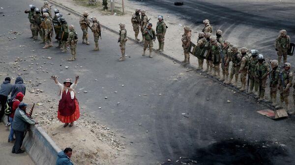Военные и сторонники бывшего президента Боливии Эво Моралеса возле топливного завода Сенката в Эль-Альто, Боливия