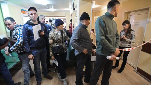 Люди стоят в очереди в Забайкальском краевом наркологическом диспансере