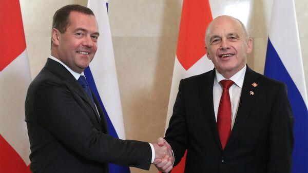 Председатель правительства РФ Дмитрий Медведев и президент Швейцарии Ули Маурер во время встречи