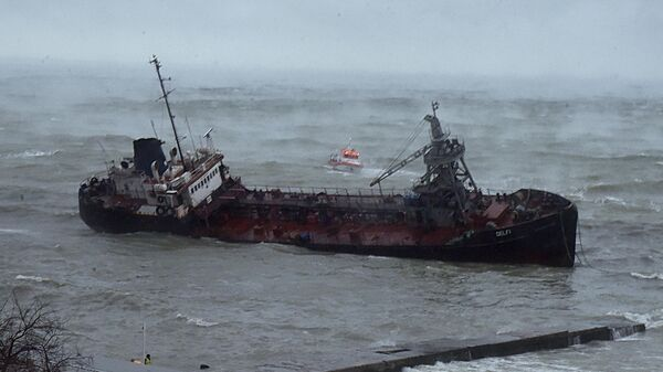 Танкер Делфи под флагом Молдавии на мели у побережья Одессы