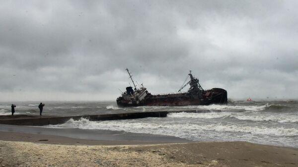 Танкер Делфи под флагом Молдавии на мели у побережья Одессы во время сильного шторма