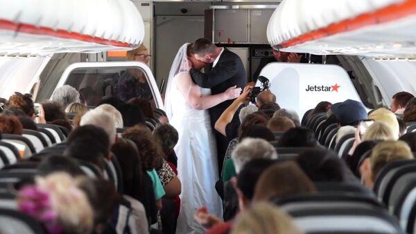 Свадьба на борту самолета авиакомпании Jetstar Australia. Стоп-кадр видео