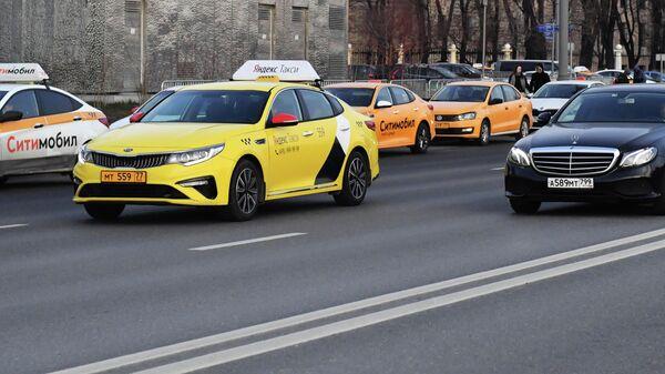 Автомобили служб Яндекс Такси и Ситимобил.