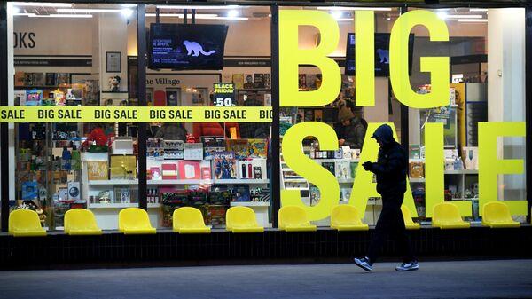 Прохожий у книжного магазина Республика на 1-й Тверской-Ямской улице в Москве