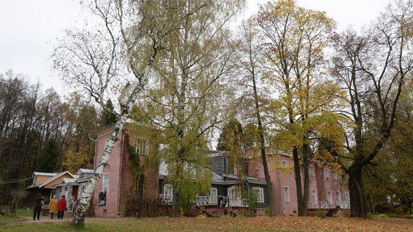 Главный усадебный дом в музее - усадьбе Мураново имени Ф.И. Тютчева в Пушкинском районе Московской области