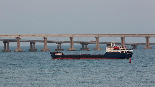Грузовое судно в Керченском проливе