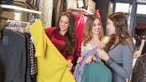 Девушки в магазине одежды