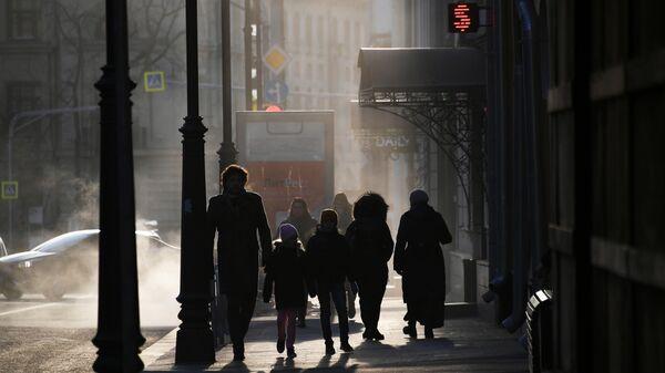Прохожие на улице Остоженка в Москве