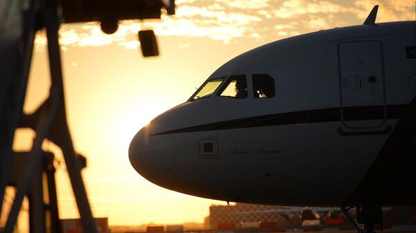 Самолет в аэропорту Пулково в Санкт-Петербурге
