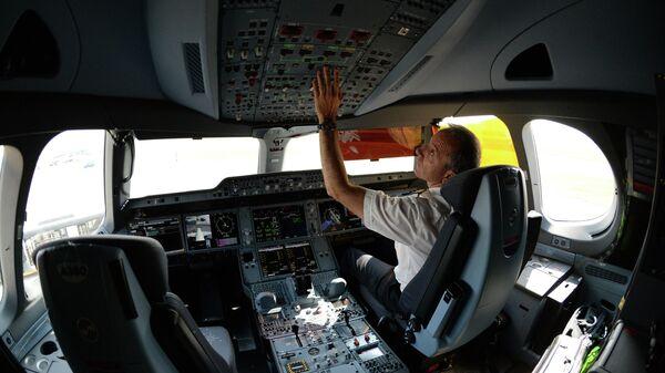 Пилот в кабине пассажирского самолета