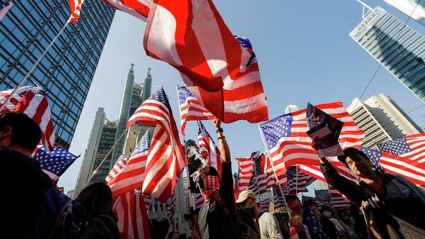 Протестующие c американскими флагами в Гонконге