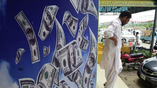 Баннер с изображением долларов США в Исламабаде