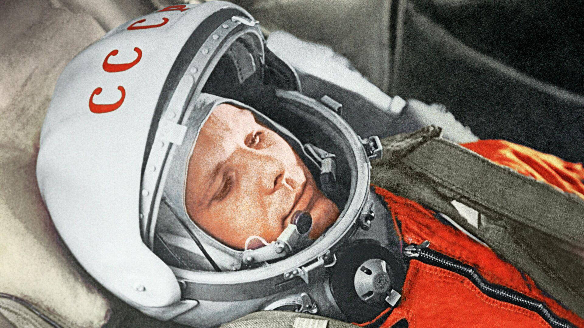 """Юрий Гагарин в кабине космического корабля """"Восток"""" во время первого в мире орбитального космического полета 12 апреля 1961 года - РИА Новости, 1920, 17.09.2020"""