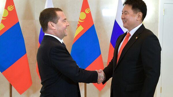 Председатель правительства РФ Дмитрий Медведев и премьер-министр Монголии Ухнаагийн Хурэлсух во время встречи