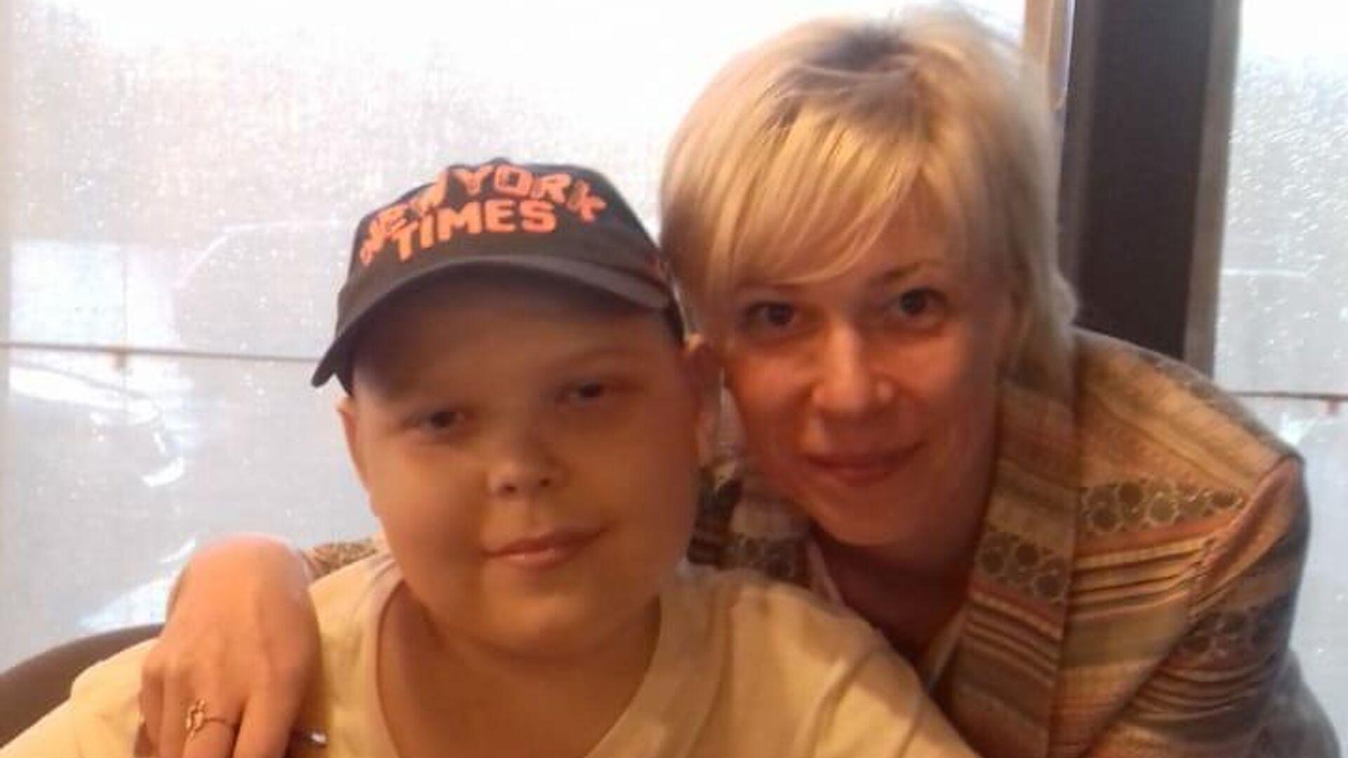 Наталья Дыдышко с сыном после очередного курса химиотерапии - РИА Новости, 1920, 04.12.2019