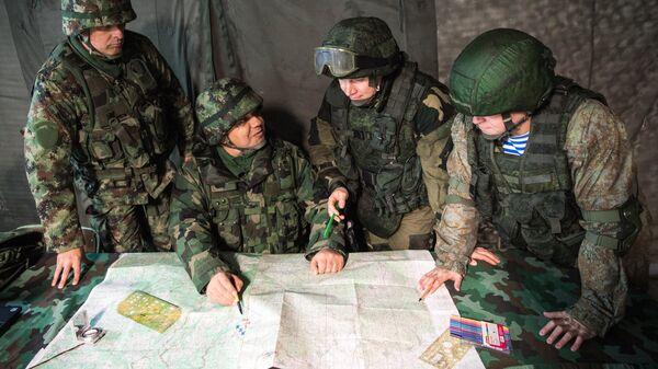 Взаимодействие российских, белорусских и сербских военнослужащих во время совместных тактических учений на полигоне Посулянски Левады в Сербии
