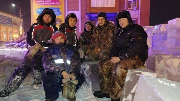 Молодые люди, которые строят ледовый городок в Яр-Сале