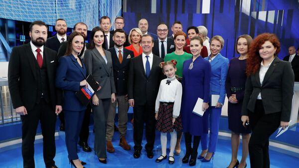 Председатель правительства РФ Дмитрий Медведев после интервью российским телеканалам