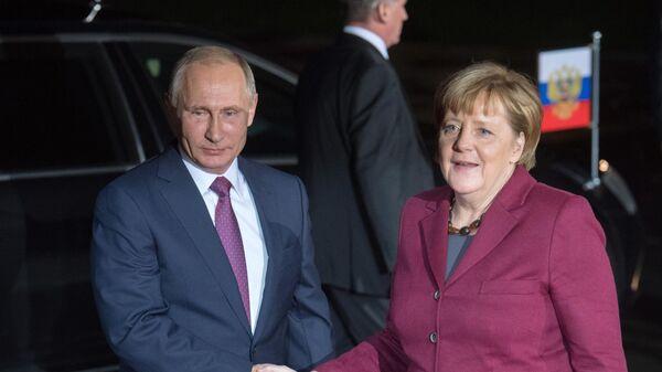 Президент РФ Владимир Путин и канцлер Германии Ангела Меркель перед началом переговоров лидеров стран нормандской четверки в Берлине