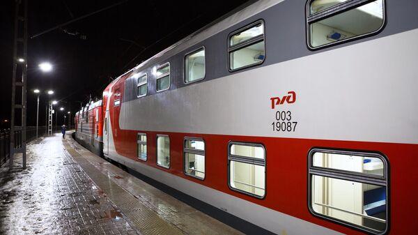 Двухэтажный поезд Карелия на перроне вокзала в Петрозаводске