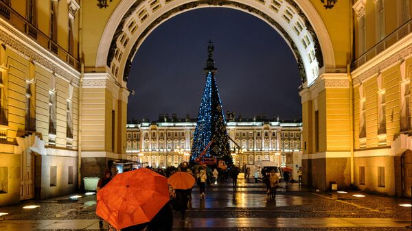 Установка главной новогодней ёлки на Дворцовой площади в Санкт-Петербурге