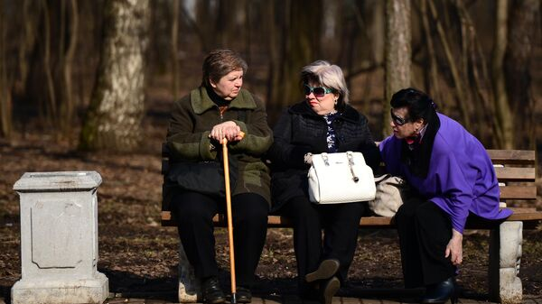 Пожилые женщины отдыхают на скамейке в парке