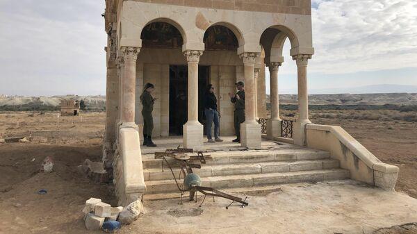 На территории заброшенной церкви, разминированной израильской армией, на Западном берегу реки Иордан