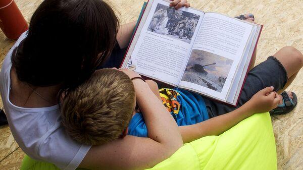 Мать с ребенком читают книгу