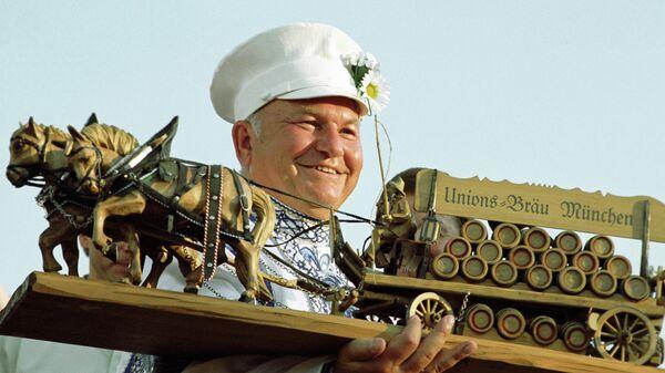 Мэр Москвы Юрий Лужков с сувениром, полученным в подарок на 3-м Московском фестивале пива Братина-2001 в Лужниках