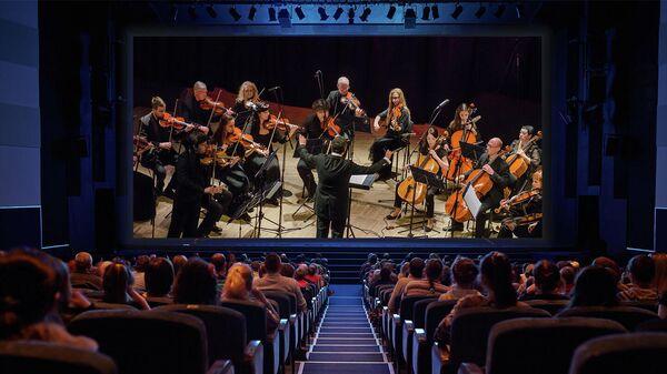 Зрители смотрят трансляцию в виртуальном концертном зале