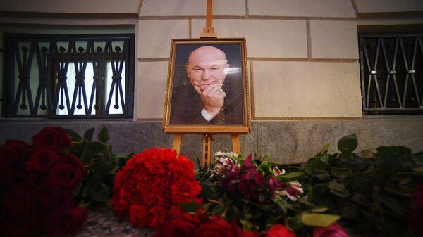 Цветы у здания Мэрии в память о бывшем мэре Москвы Юрии Лужкове