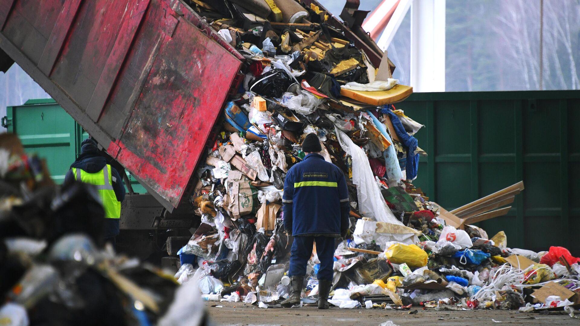 Разгрузка мусоровоза на предприятии по переработке отходов в Подмосковье - РИА Новости, 1920, 20.10.2020