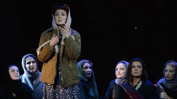 Артисты выступают на премьере музыкального ревю Жизнь прекрасна! в Московском театре мюзикла