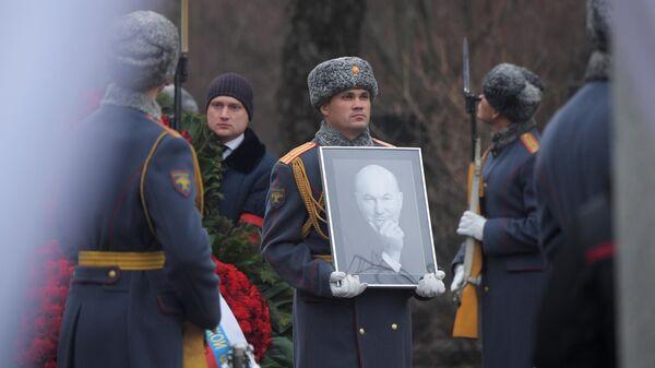 Траурная процессия на Новодевичьем кладбище в Москве, где проходит церемония похорон бывшего мэра Москвы Юрия Лужкова