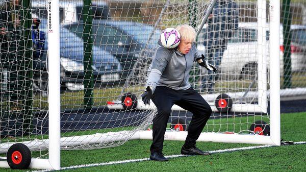 Премьер-министр Великобритании Борис Джонсон на разминке перед футбольным матчем в Великобритании