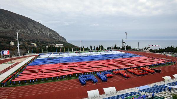 Гигантский флаг РФ в поддержку российских спортсменов в Артеке