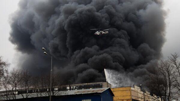 Вертолет Ка-32А 11ВС МЧС России во время тушения пожара на юге Москвы. 13 декабря 2019
