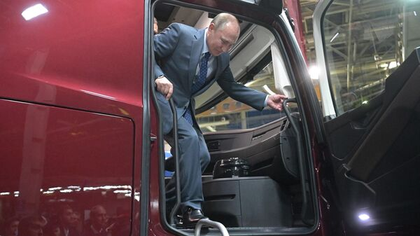 Президент РФ Владимир Путин во время посещения ПАО КамАЗ