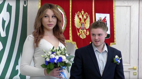 Эрика и Виктор во время церемонии бракосочетания. Стоп-кадр видео