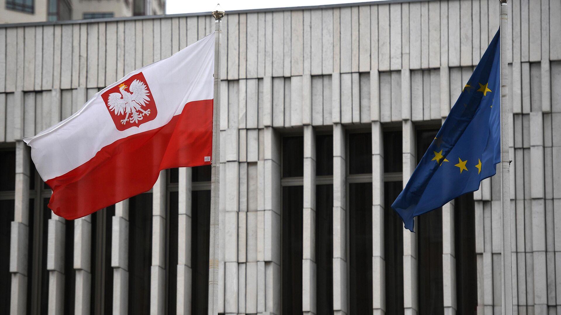 Флаг Польши и Евросоюза на территории посольства Польши в Москве - РИА Новости, 1920, 23.09.2021