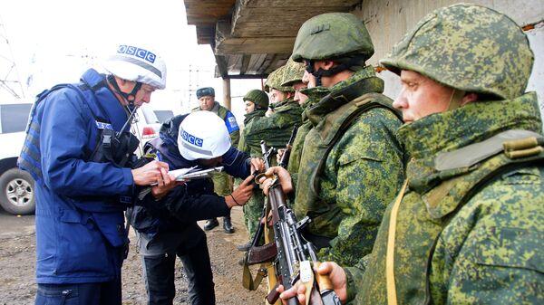 Наблюдатели ОБСЕ следят за отводом сил бойцов подразделений ЛНР