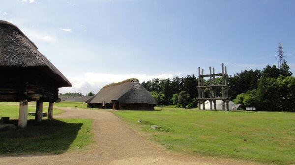 Археологический памятник эпохи дзёмон — стоянка Саннай-Маруяма. Справа — деревянное башенное сооружение, возможно, астрономического назначения