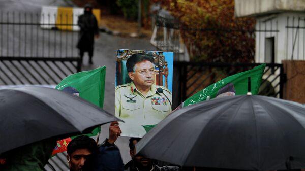 Портрет бывшего президента Пакистана Первеза Мушаррафа у суда в Исламабаде