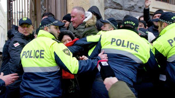 Полиция препятствует демонстрантам в Тбилиси, Грузия