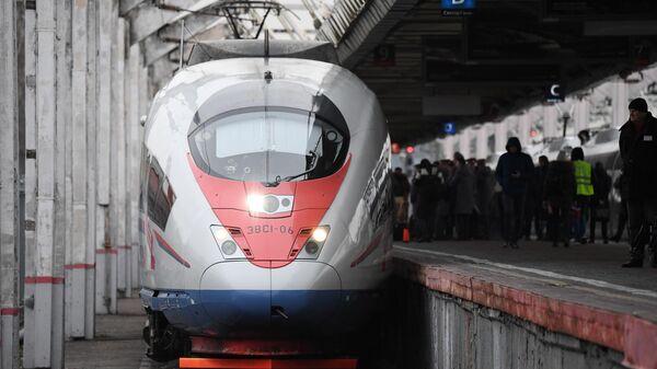 Высокоскоростной поезд Сапсан прибывает на Ленинградский вокзал Москвы