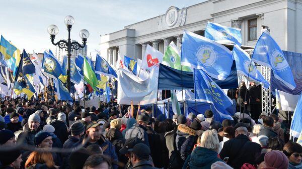 Участники митинга против продажи земли возле здания Верховной Рады в Киеве