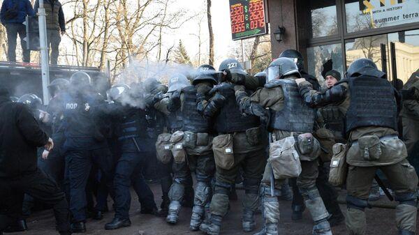 Сотрудники полиции во время акции протеста против земельной реформы в Киеве