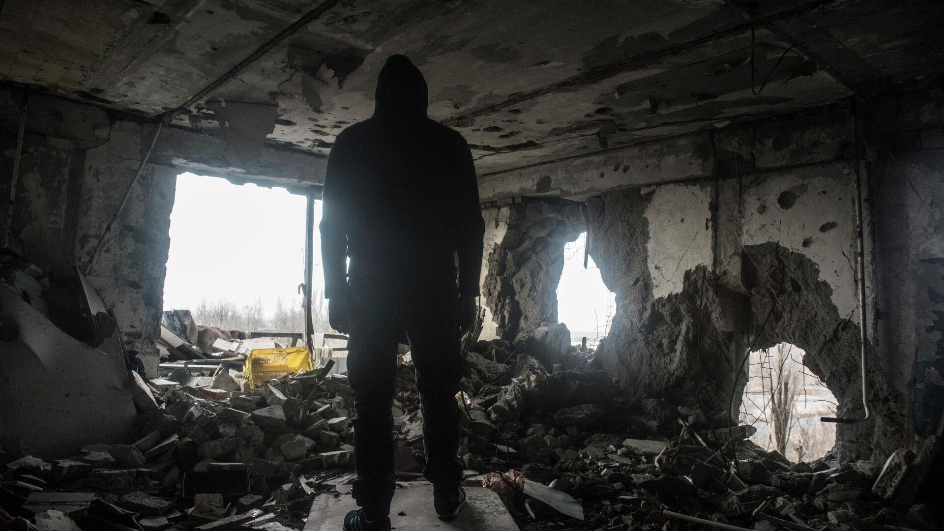 Мужчина в разрушенном доме в Донецке - РИА Новости, 1920, 06.01.2021