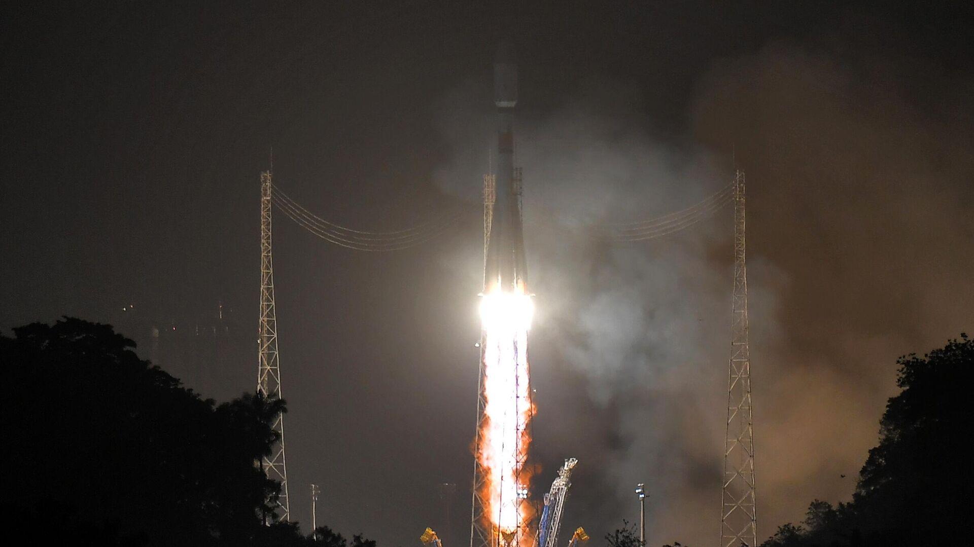 Запуск ракеты-носителя Союз-СТ с космодрома Куру во Французской Гвиане - РИА Новости, 1920, 18.10.2020