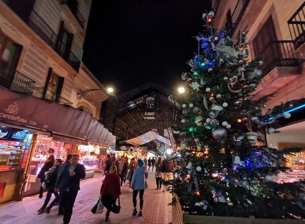 Улица в центре Барселоны в преддверии Рождества.